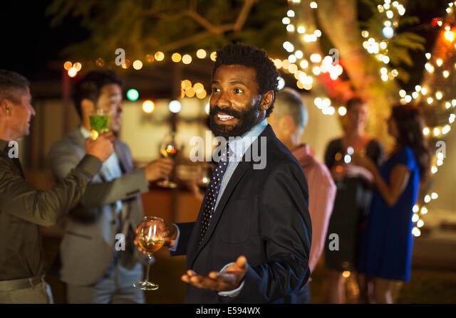 Mann, gestikulieren mit Wein auf party Stockbild