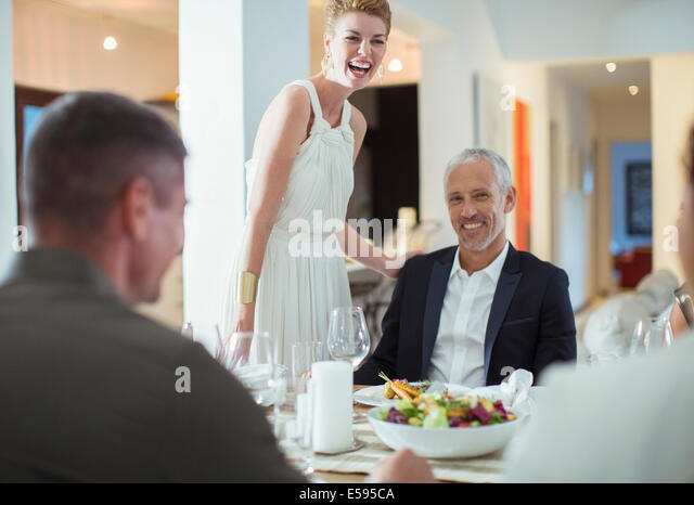 Paar, lachen über Dinner-party Stockbild