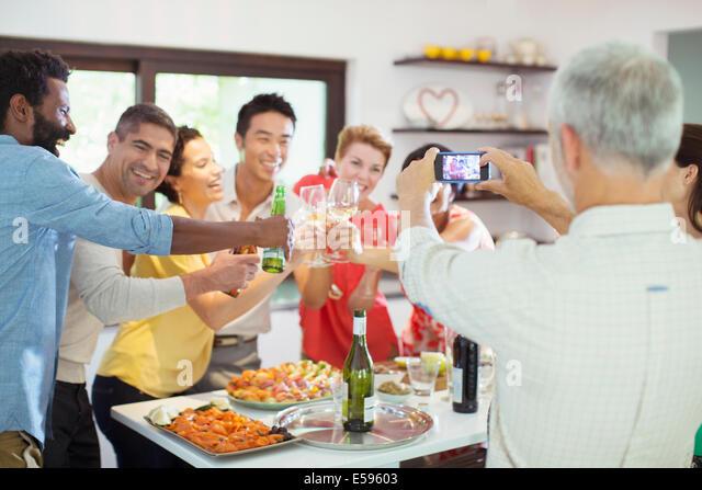 Mann unter Bild von Freunden auf party Stockbild