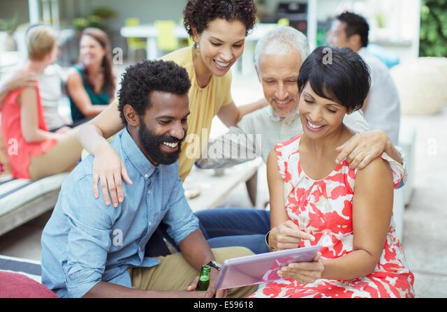 Freunde mit digital-Tablette auf party Stockbild
