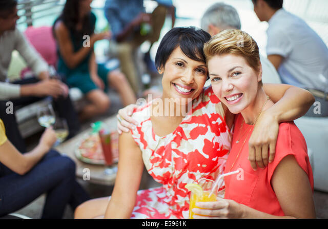Frauen umarmen auf party Stockbild