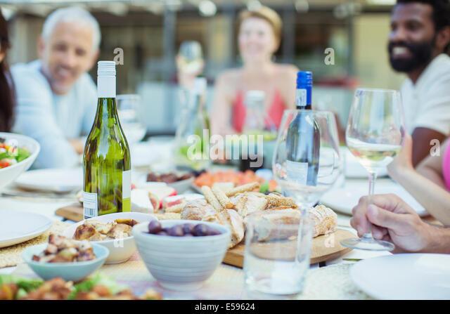 Teller mit Essen auf Tisch im freien Stockbild