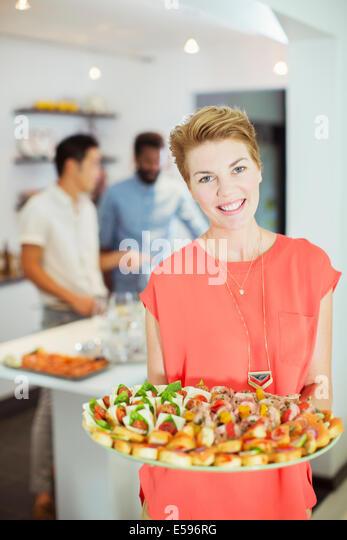 Frau mit Essen auf party Stockbild