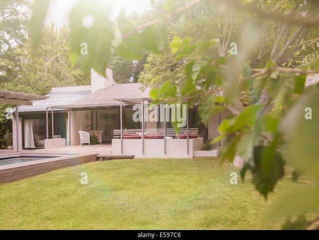 House exterior stockfotos house exterior bilder alamy for Garten pool leeren