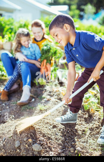 Junge umdrehen Boden im Garten Stockbild