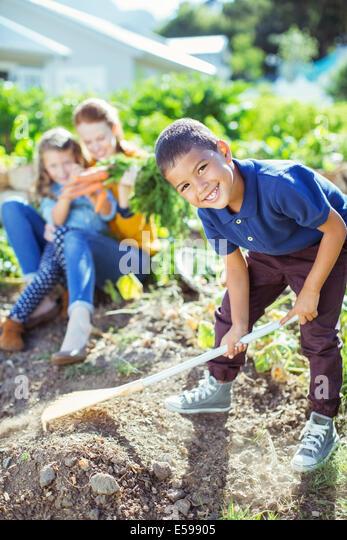 Junge umdrehen Schmutz im Garten Stockbild