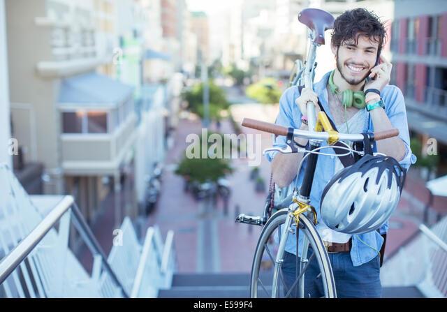 Mann mit Fahrrad auf Stadt-Schritte Stockbild