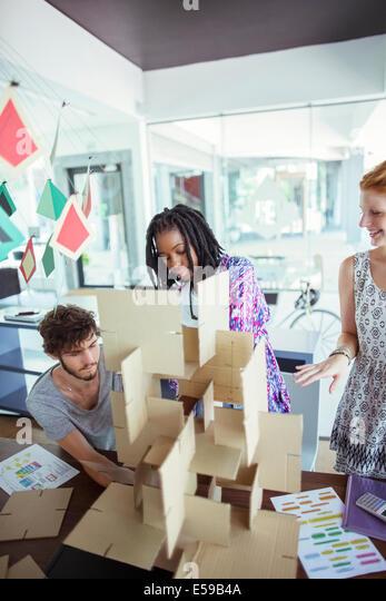 Menschen Gebäudemodell im Büro Stockbild