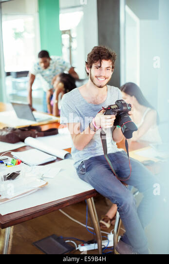 Mann, die Überprüfung der Fotos im Büro Stockbild