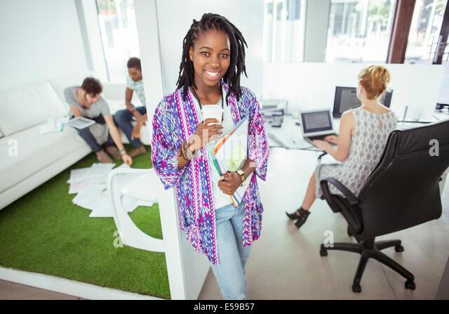 Frau trinkt Kaffee im Büro Stockbild