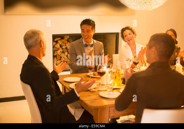 Freunde applaudieren bei Dinner-party Stockbild