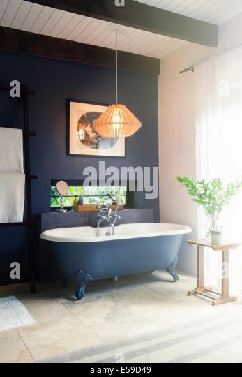 Badewanne und Leuchte im modernen Badezimmer Stockbild