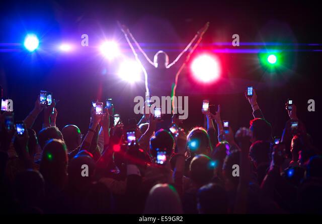 Publikum fotografiert Musiker auf der Bühne Stockbild