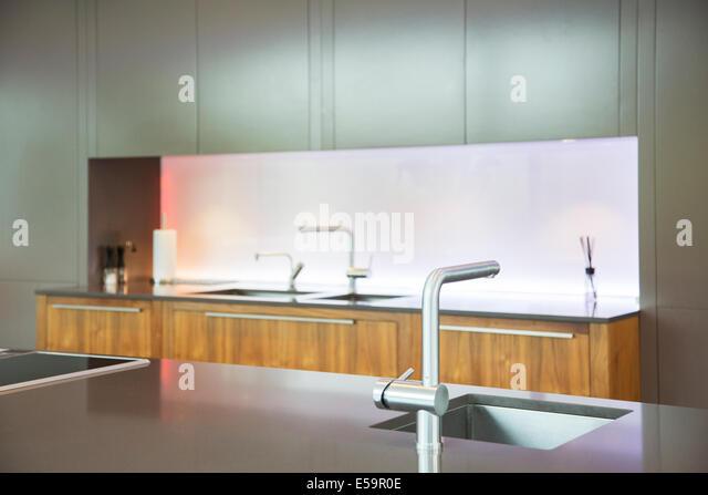 Waschbecken und Armaturen in modernen Küche Stockbild