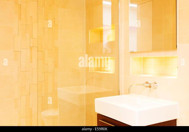 Dusche und Waschbecken im Badezimmer Stockbild