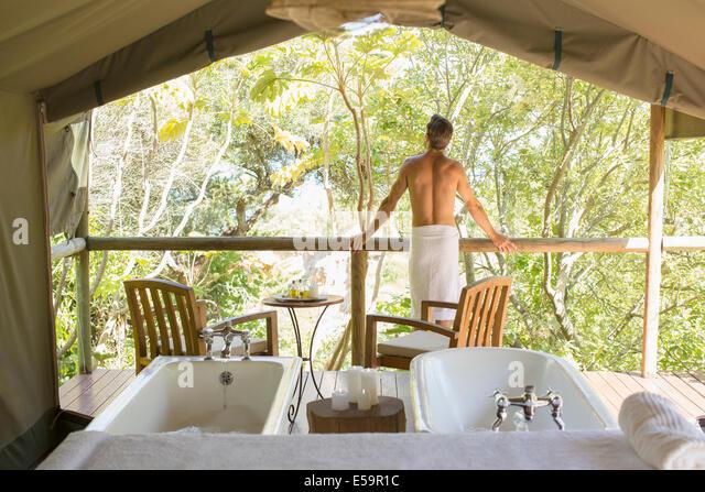 Mann in kunstvollen outdoor-spa Stockbild