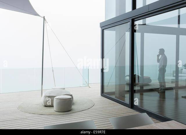 Menschen reden über Handy in moderne Wohnzimmer Stockbild