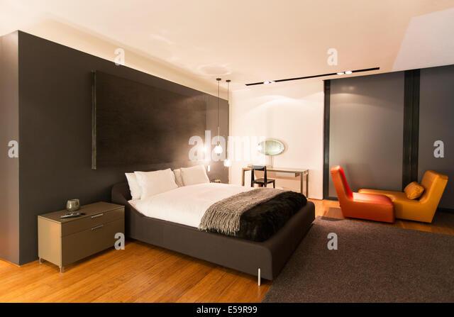 Teppich und Malerei in modernen Schlafzimmer Stockbild