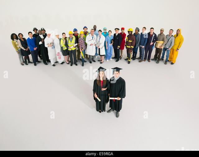 Porträt von Absolventen mit Arbeiter im Hintergrund Stockbild