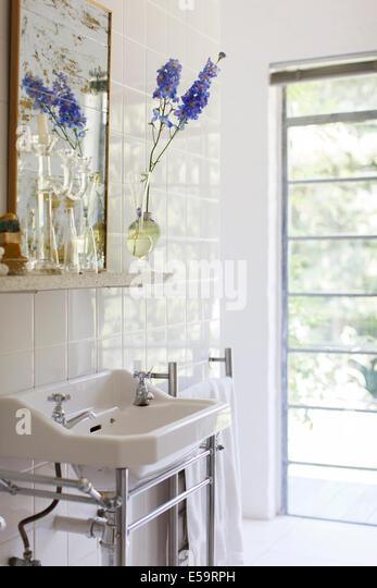 Waschbecken und Spiegel im Badezimmer Stockbild