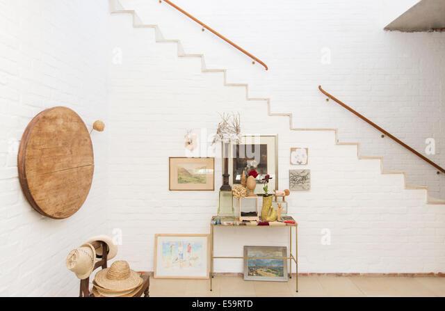 Beistelltisch und Wandbehänge von Treppe Stockbild