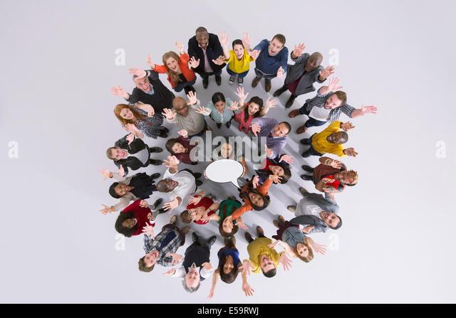 Porträt von Geschäftsleuten im Kreis halten Gedankenblase Stockbild
