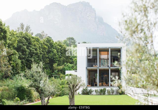 Modernes Haus in ländlichen Landschaft Stockbild