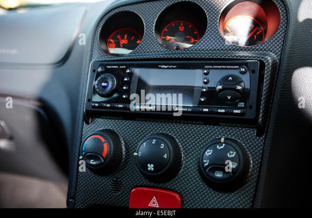 Blaupunkt-Cd-Spieler in Car-Entertainment in einem Alfa Romeo 156 Stockbild