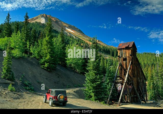 Jeep, Welle Haus und Red Mountain Nr. 3, Yankee Girl Mine, in der Nähe von Ouray, Colorado USA Stockbild