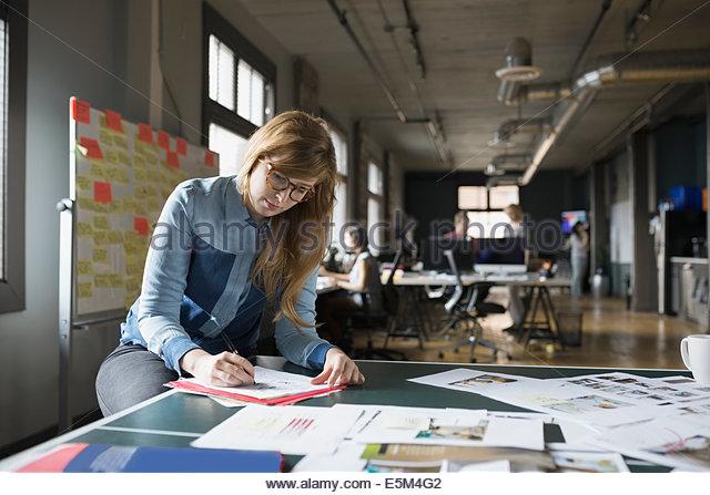 Kreative Geschäftsfrau, die im Büro arbeiten Stockbild