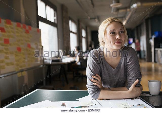 Kreative Geschäftsfrau im Büro Stockbild