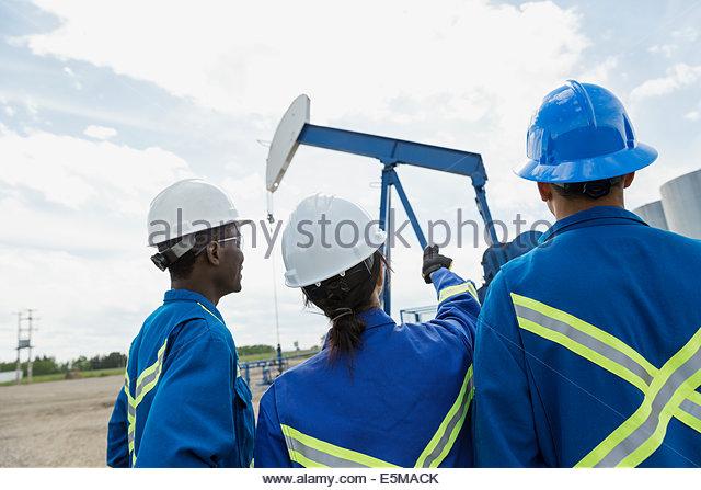 Arbeitnehmer, die betrachten Ölquelle Stockbild