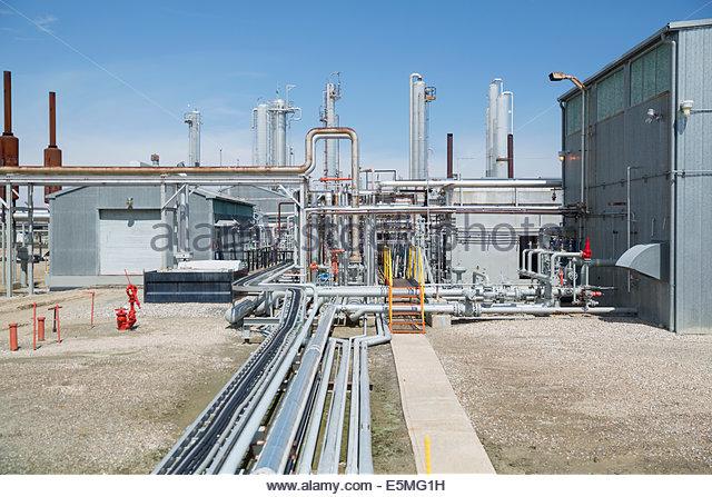 Rohrleitungen und Geräte bei Gasanlage Stockbild