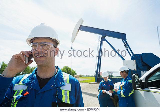 Arbeiter in der Nähe von Ölquelle Stockbild