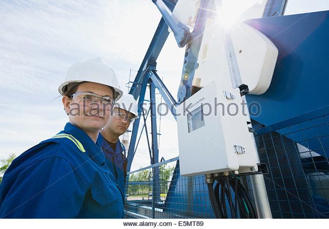 Arbeitnehmer bei der Ölquelle Stockbild