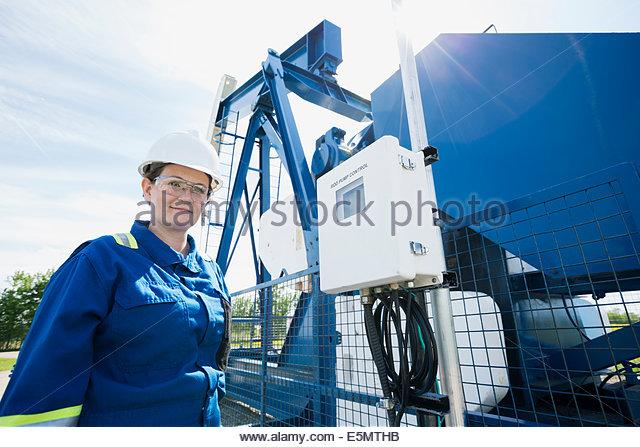 Arbeitnehmerin bei Ölquelle Stockbild