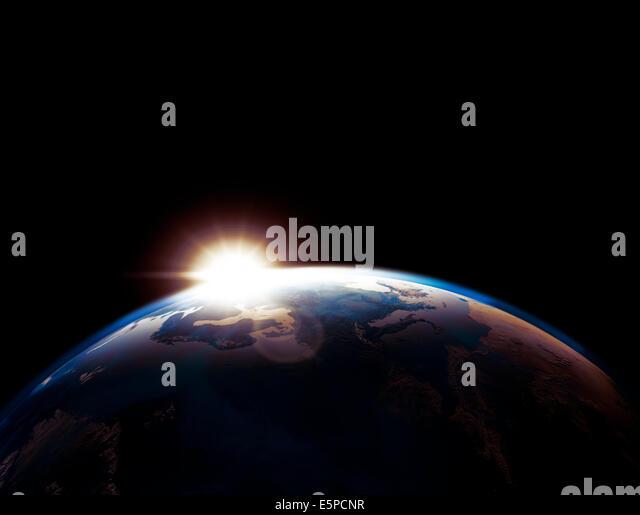Erde Globus Umriss beleuchtet von der aufgehenden Sonne auf schwarzem Hintergrund isoliert Stockbild