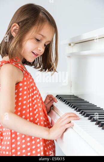 5-Year-Old Girl mit dem Klavierspiel. Stockbild