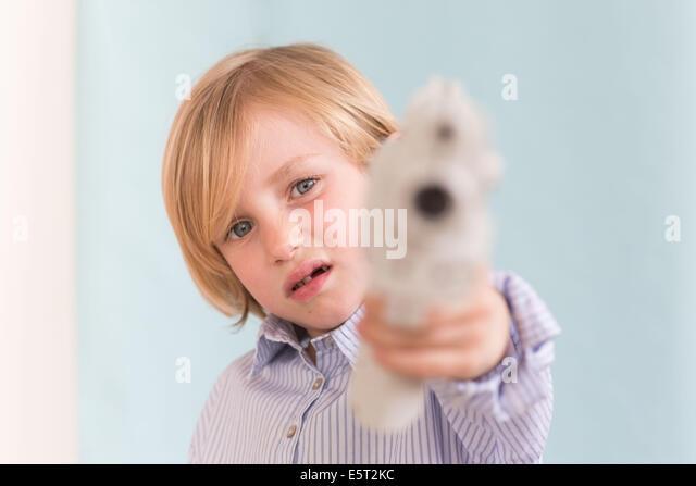 7 Jahre alten Sohn mit Spielzeug spielen. Stockbild