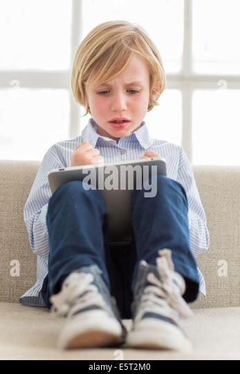 7 Jahre alten Sohn mit Tablet-Computer. Stockbild