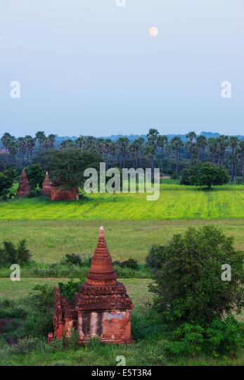 Süd-Ost-Asien, Myanmar, Bagan, Mondaufgang über einen Tempel in Bagan-Ebene Stockbild