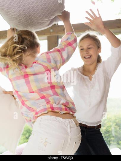 Zwei Schwestern, die Kissen zu kämpfen Stockbild
