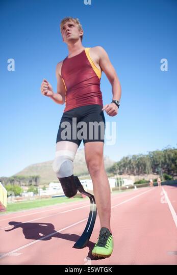 Sprinter stehend mit Beinprothese auf Stockbild