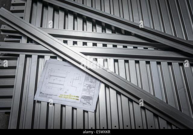 Teile mit Konstruktionszeichnungen in Blech-Fabrik Stockbild