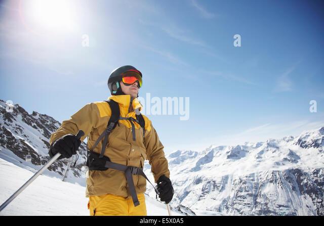 Niedrigen Winkel Blick auf Mitte erwachsenen männlichen Skifahrer auf den Berg, Österreich Stockbild