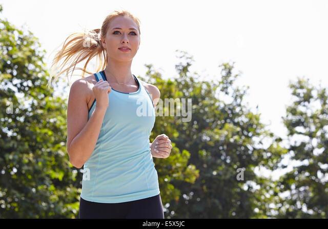 Frau läuft im park Stockbild