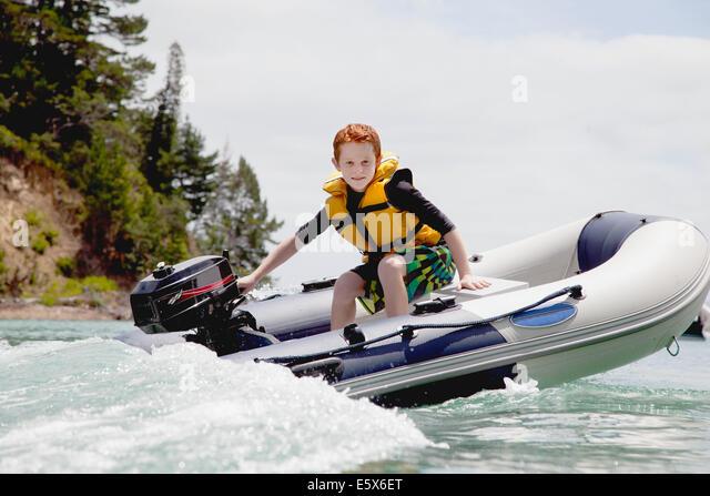 Junge Lenkung Beschleunigung motor Schlauchboot auf hoher See Stockbild