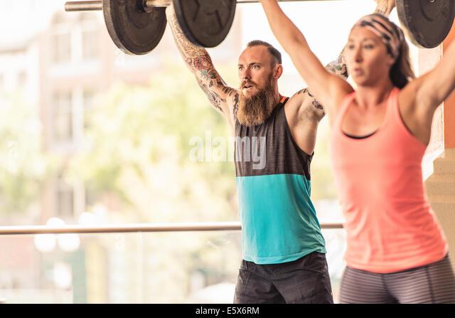 Mann und Frau, Gewichte zu heben Stockbild