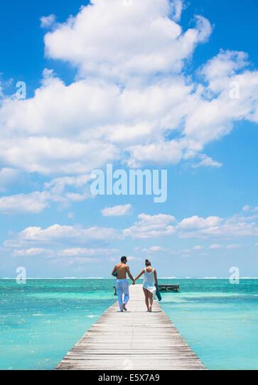 Junge Paare, die am Pier, San Pedro, Belize Stockbild
