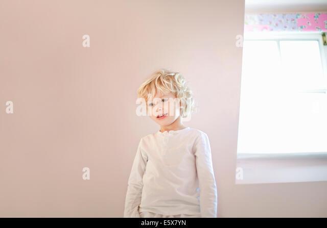 Porträt von vier Jahre alter Junge im Schlafzimmer Stockbild
